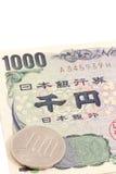 1100 Yen, 10% belastingstarief op Japanse munt Stock Foto