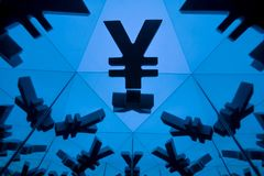 Yen eller Yuan Currency Symbol With Many som avspeglar bilder royaltyfri foto