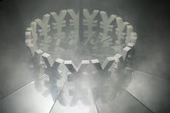 Yen eller Yuan Currency Symbol på spegeln och som täcker i rök arkivfoto