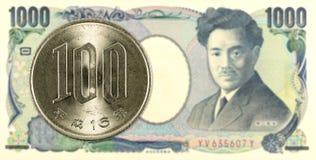 100 Yen giapponesi coniano contro una banconota da 1000 Yen giapponesi Fotografie Stock
