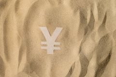 Yen Sign On het Zand stock afbeelding
