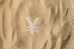 Yen Sign On la arena imagen de archivo