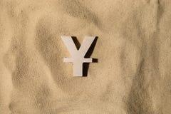Yen Sign On la arena fotografía de archivo