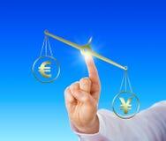 Yen Sign Outweighing The Euro auf einer goldenen Skala Stockbild