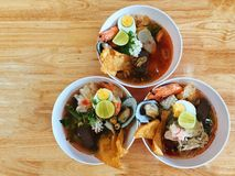 Yen Ta Pho Noodles Tom Yum dans une cuvette ronde blanche, trois cuvettes sur une table en bois images stock