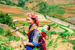 YENBAI、越南- 2014年5月16日-种族去妈妈和她的孩子工作 库存图片