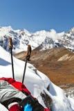 Yendo de excursión en montañas, Nepal Imagenes de archivo