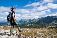Yendo de excursión a la persona joven en montañas - relaje la escena imagen de archivo libre de regalías