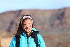 Yendo de excursión la sonrisa de la mujer feliz Foto de archivo libre de regalías