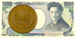 10 yenes japoneses acuñan contra billete de banco de 1000 yenes japoneses foto de archivo