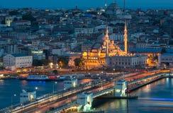 Yeni Cami nachts lizenzfreie stockfotografie