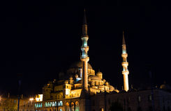 Yeni Cami, neue Moschee in der Nacht bedeutend stockfotos