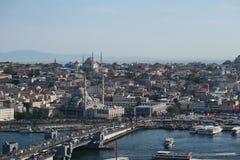 Yeni Mosque, klaxon d'or et pont de Galata avec le Bosphorus à Istanbul, Turquie images libres de droits