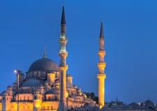 Yeni Valide Camii während der blauen Stunde stockbilder