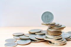 Yenmuntstuk op andere muntstukkenstapel voor financiën en bedrijfsconcept Stock Foto