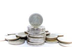 Yenmuntstuk op andere muntstukkenstapel voor financiën en bedrijfsconcept Royalty-vrije Stock Fotografie