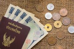 Yenpengar- och yenmynt med passet på säckbakgrund Arkivfoton
