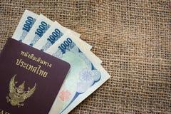 Yenpengar- och yenmynt med passet på säckbakgrund för trav Royaltyfria Foton