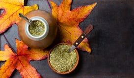 Yerba草本伙伴拉丁美洲的茶黑色背景 顶视图 免版税库存照片