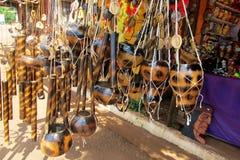Yerba表面无光泽的杯子和纪念品在南美市场上 库存照片