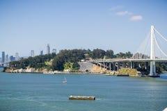 Yerba Buena wyspa i Podpalany most, San Francisco śródmieście w tle, Kalifornia zdjęcia royalty free