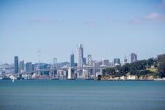 Yerba Buena wyspa i Podpalany most, San Francisco śródmieście w tle, Kalifornia obrazy stock