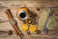 Yerba med kryddor på trätabellen Royaltyfria Bilder
