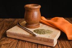 Yerba szturmanu herbata w Argentyna, drewnianym na czarnym tle fotografia royalty free