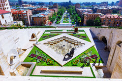 Yerevan, Armênia - 26 de setembro de 2016: O terceiro 3th nível de cascata com o relevo da águia na fonte de parede Imagens de Stock Royalty Free