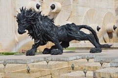 Yerevan, Armenië, 06 September, 2014 Armeense scène: Niemand, Stedelijk beeldhouwwerk in Yerevan, de leeuw van banden in het cent stock afbeelding