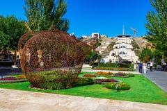 Yerevan, Armenië - 26 September, 2016: De reuzedietheepot, van het metaalkant wordt gemaakt, in het bloembed wordt gevestigd in Royalty-vrije Stock Afbeelding