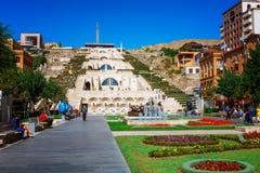 Yerevan, Armenië - 26 September, 2016: De tuin van Cafesjianart center voor het Cascademuseum Stock Foto