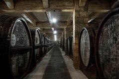 YEREVAN, ARMENIA - 30 DICEMBRE 2016: Barilotti di legno di vino invecchiato alla cantina di Brandy Factory Noy Fotografie Stock Libere da Diritti