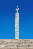 Yerevan, Armenia - 26 settembre 2016: Monumento dedicato al cinquantesimo anniversario del Soviet Armenia sopra il complesso dell Immagine Stock