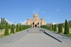 Yerevan, Armenia, Wrzesień, 06, 2014 Armeńska scena: Ludzie chodzi blisko katedry Gregory iluminatora w Yerevan Zdjęcie Royalty Free
