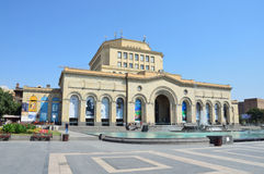 Yerevan, Armenia, Wrzesień, 06, 2014 Armeńska scena: Ludzie chodzi blisko Krajowego historii muzeum Armenia Zdjęcia Royalty Free