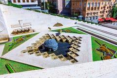 Yerevan, Armenia - 26 Wrzesień, 2016: Drugi 2nd poziom kaskada z orzeł ulgą na ściennej fontannie Obraz Royalty Free