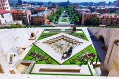 Yerevan, Armenia - 26 Wrzesień, 2016: Trzeci 3th poziom kaskada z orzeł ulgą na ściennej fontannie Obrazy Royalty Free