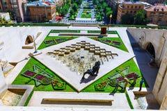 Yerevan, Armenia - 26 Wrzesień, 2016: Trzeci 3th poziom kaskada z orzeł ulgą na ściennej fontannie Fotografia Stock