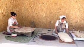 Yerevan Armenien - 20170614 - kvinnor gör lavash i traditionellt sätt arkivfilmer