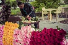 YEREVAN ARMENIEN - Maj 07, 2016: Blomsterhandel Royaltyfria Bilder