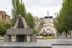 YEREVAN ARMENIEN - MAJ 02, 2016: Kaskaden är en jätte- trappa Arkivfoton