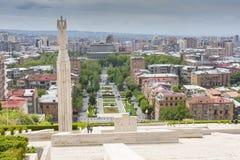 YEREVAN ARMENIEN - MAJ 02, 2016: Sikt från kaskaden som är gian Royaltyfri Fotografi
