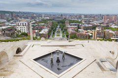 YEREVAN ARMENIEN - MAJ 02, 2016: Sikt från kaskaden som är gian Arkivfoto