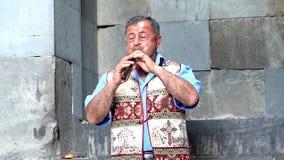 Yerevan Armenien - 20170614 - mannen spelar den traditionella Duduk blåsinstrumentet stock video
