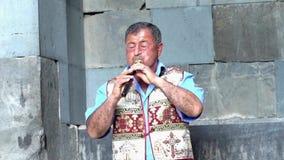 Yerevan Armenien - 20170614 - mannen spelar den traditionella Duduk blåsinstrumentet som spökar melodi lager videofilmer