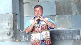 Yerevan Armenien - 20170614 - mannen spelar den traditionella Duduk blåsinstrumentet som spökar Melody Finishes stock video