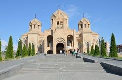 Yerevan Armenien, September, 06, 2014 Armenisk plats: Folk som går nära domkyrka av Gregory illuminationsenheten i Yerevan Royaltyfria Bilder