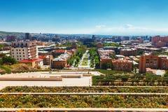 Yerevan Armenien - 26 September, 2016: En sikt av Yerevan från kaskadkomplexet i solig dag fotografering för bildbyråer