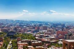 Yerevan Armenien - 26 September, 2016: En sikt av Yerevan från kaskadkomplexet i solig dag och sikt på Ararat arkivfoton